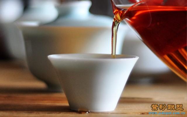 传统的红茶包括滇红在萎凋,揉捻,发酵之后都是烘干而成,和普洱茶生茶一样太阳晒干的做法只是近几年在兴起,类似白茶的工艺与红茶工艺的结合。 晒红古树红茶采用(西双版纳最高峰)勐海滑竹梁子三百年左右古树茶轻揉捻,中发酵,太阳晒干而成。晒红带着普洱古树茶的韵味,香气甘甜风味独特,余味悠长。