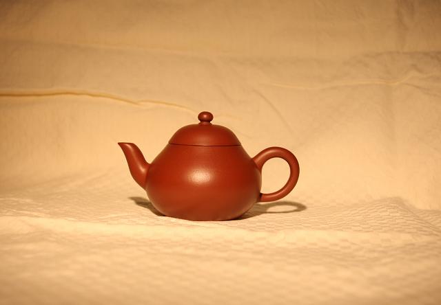 壶要小,茶叶要多(茶量基本上是我们常喝的那种小袋包装的一袋刚刚好) 3.公道选用玻璃的,不要大200CC左右就可以了,杯子用白瓷或玻璃的都可以。(用玻璃的好处就是不夺香,可欣赏到汤色) 4.开泡: 第一道:热水要大开,温杯,温壶,温公道,这是必须的。(起到提温的作用,这个步骤看似可有可无,但我个人认为这道工序很重要,少了这道的预热的工序泡出的铁总少了点韵味,不信可以试试。而且这道工序是为了下面的洗茶,泡茶不断的提温冲刺做准备。)出汤以后壶盖要打开,不然茶叶会发黄,汤色也不好看。有苦涩味。 第二道:温壶后投